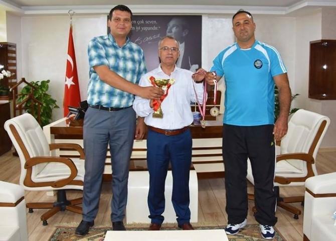 Salihli Belediye Başkanı Zeki Kayda, Şampiyon Güreşçiyi Ağırladı