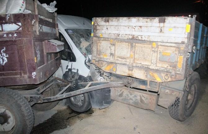 Elazığ'da Minibüs İle Traktör Çarpıştı: 4 Yaralı