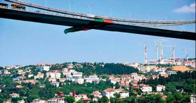 Karşıyaka bayrağı köprüde