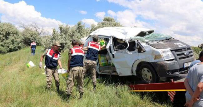 Minibüs devrildi: 3 ölü, 2 yaralı