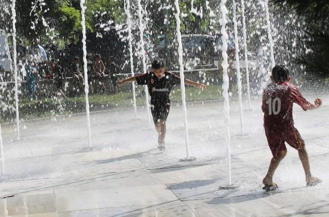 Sıcaklardan Bunalan Çocuklar Atatürk Anıtı'ndaki Süs Havuzuna Akın Etti