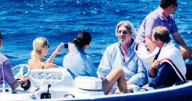 Kadın arkadaşlarını tekneyle gezdirdi