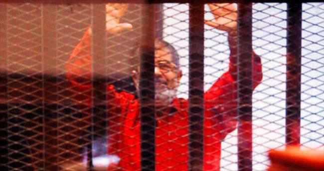 Mursi idam kıyafetiyle