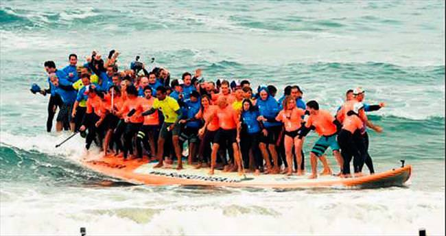 Bir sörfe 66 kişi binerek Guinness rekoru kırdılar