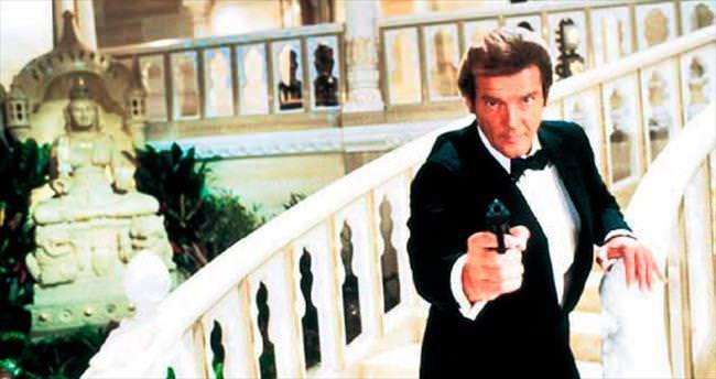 Roger Moore Bond'ları topluyor