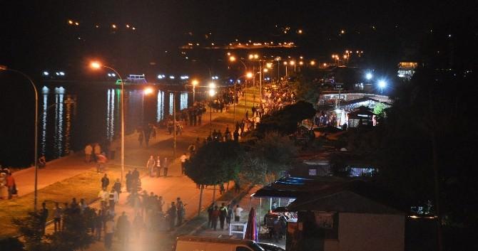 Bitlisliler İftardan Sonra Tatvan'da Ki Van Gölü Sahiline Akın Ediyor