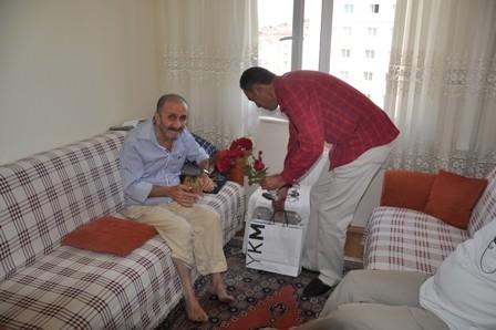 Kızılay'dan Yaşlı Ve Yardıma Muhtaç Babalara Ziyaret