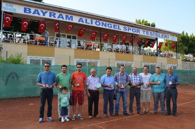 Tenis Turnuvasında Dereceye Girenlere Ödülleri Verildi