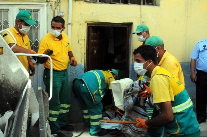 Akdeniz'deki Bir Evden İki Kamyon Çöp Çıktı