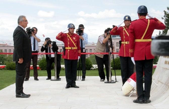Baykal, Geçici Meclis Başkanı Sıfatıyla TBMM Atatürk Anıtı'na Çelenk Bıraktı