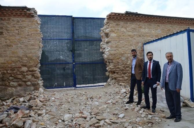 Restorasyon Yaparken, Kamyonlar İçin 435 Yıllık Duvarı Yıktılar