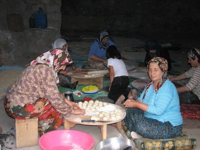 Erzurumlu Kadınlardan Ramazan'da Erişte, Börek Hazırlığı