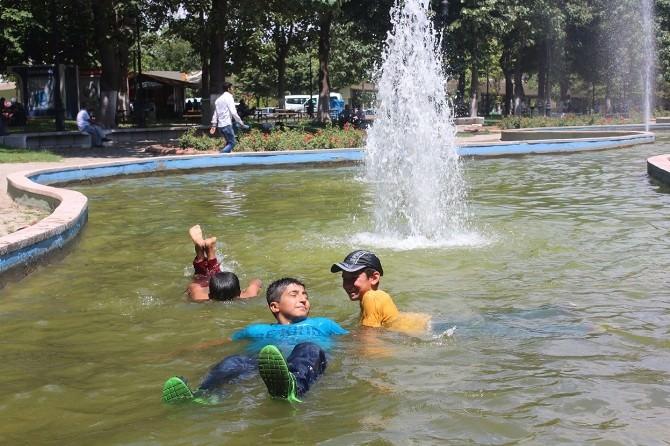 Sıcak Havadan Bunalan Çocuklar Süs Havuzuna Girdi