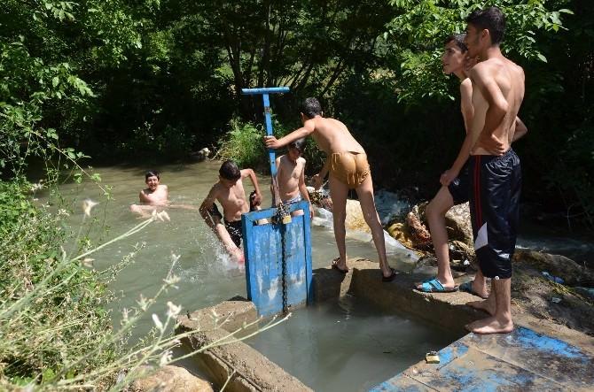 Havalar Isındı, Çocuklar Kendilerini Suya Attı