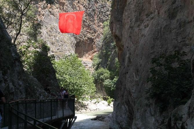 Saklıkent'in Serin Suları Turistleri Ağırlıyor