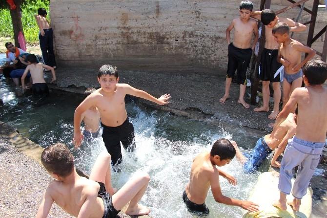 Sıcaktan Bunalan Çocuklar Su Kanalına Akın Etti