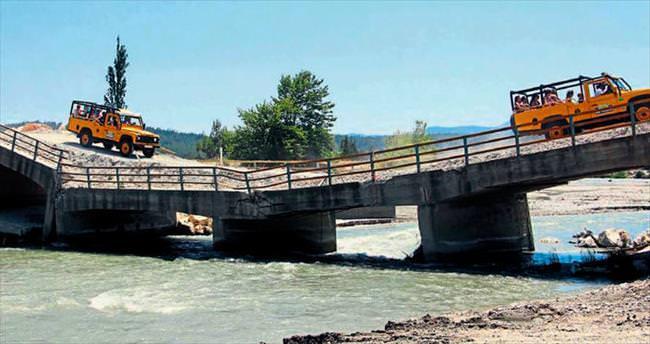 Yıkılan köprüde tehlikeli turizm