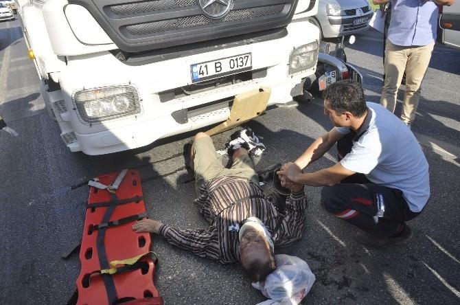 Turistlere Kamyon Çarptı: 2 Yaralı