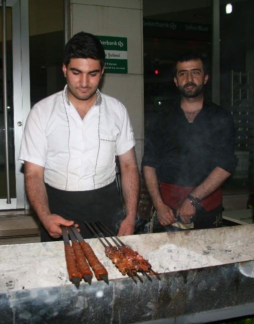 Vatandaşlar, Ramazanda Sakatat Kebabına Yoğun İlgi Gösteriyor