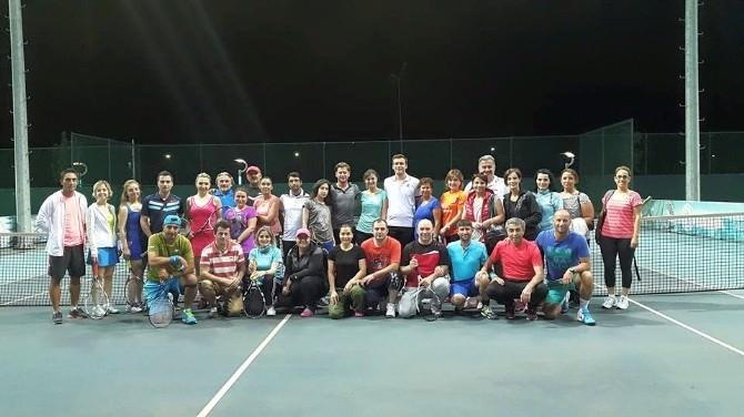 Trabzon'da İftardan Sonra Çiftler Tenis Kortunda Ter Atıyor