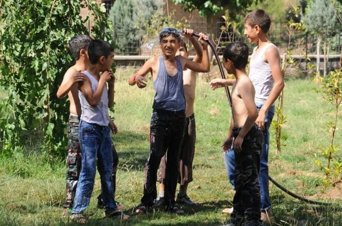 Sıcaktan Bunalan Çocuklar Parklarda Su Hortumu İle Serinliyor