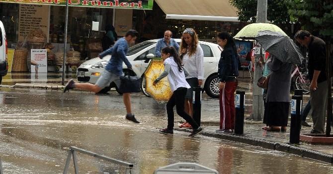 Bir Anda Bastıran Yağmur Hazırlıksız Yakaladı