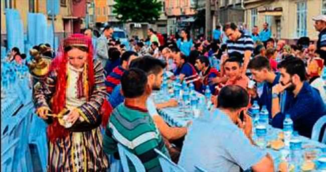 Altıeylül'de sokak iftarına ilgi büyük