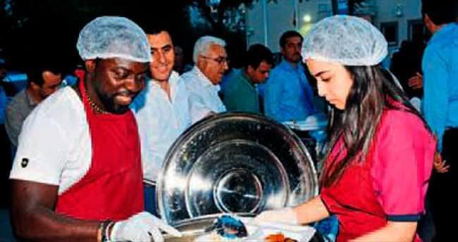 Eduin, Hamza oldu iftarda servis yapıyor
