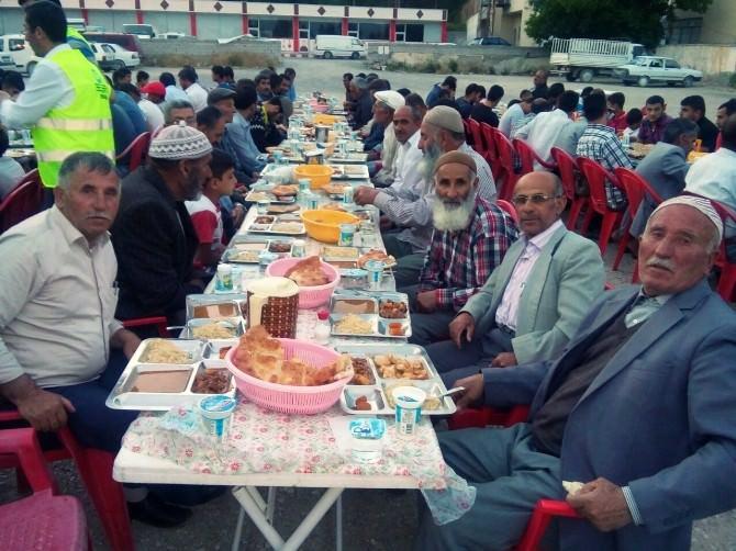 Asyader Vatandaşlara İftar Çadırında Yemek Verdi