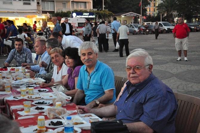 Edremit'in Akçay Mahallesi'nde İftar Yemeği