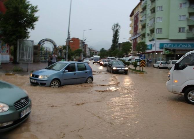 Oltu'da Sağanak Yağış Sele Dönüştü