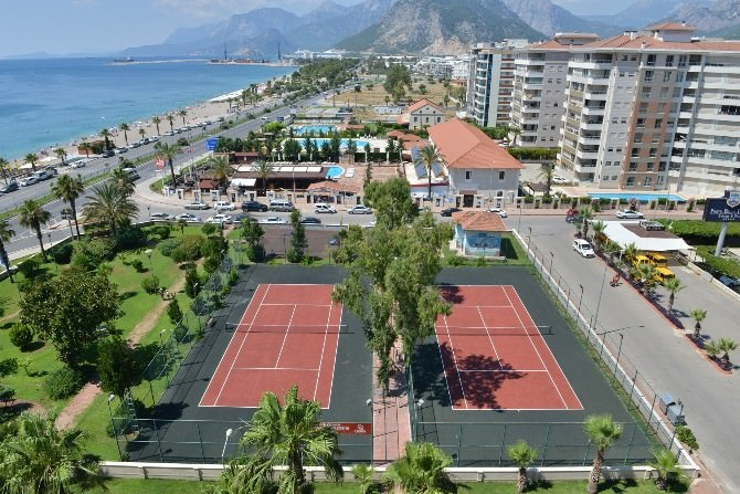Konyaaltı Belediyesi Tenis Kortlarını Yeniledi