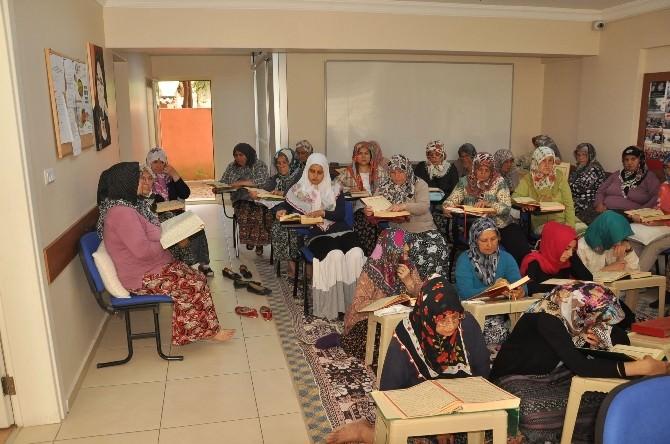 Nazilli'de Kadınlar Mukabele Yapıyor, Çocuklar Kuran Öğreniyor