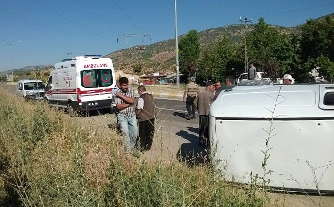Otomobil Refüje Çarpıp Yan Yattı: 2 Yaralı