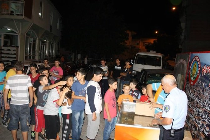 Kırkağaç Belediyesi'nden Teravih Sonrası Dondurma İkramı