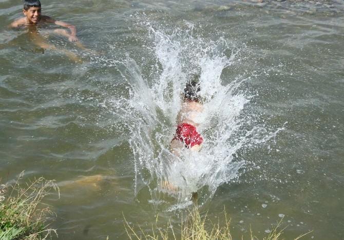 Doğu'da Sıcaktan Bunalan Çocuklar Derelerde Serinliyor