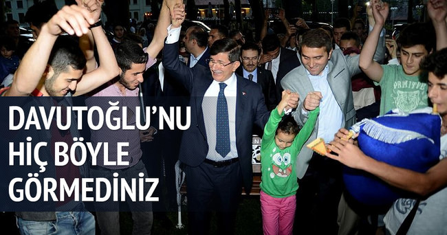 Başbakan Davutoğlu gençlerle horon oynadı