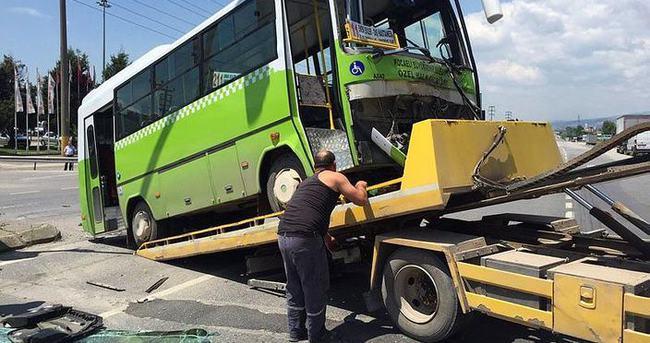 Özel halk otobüsü otomobil ile çarpıştı