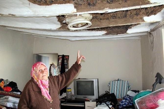 (Özel Haber) Böbrek Hastası Yaşlı Kadın Çatısı Çöken Evde Hayat Mücadelesi Veriyor