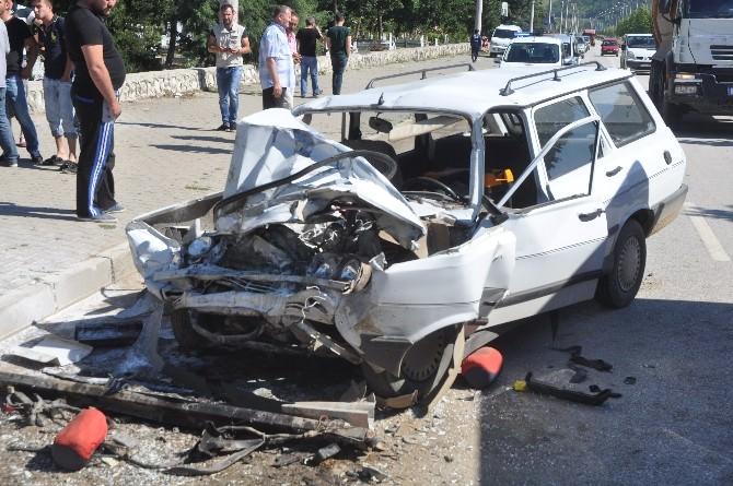 Otomobil İş Makinesine Çarptı: 3 Yaralı