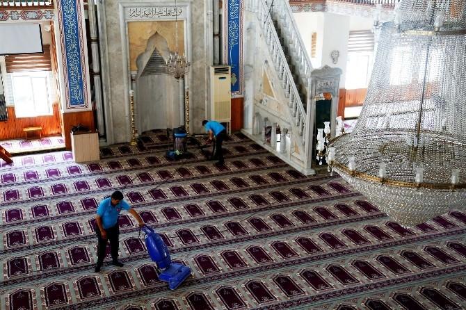 Erdemli Belediyesi'nden Cami Temizliği