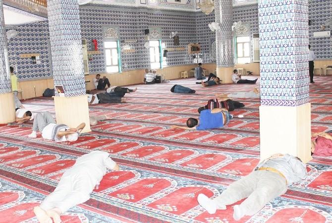 Sıcaktan Bunalan Mardinliler Camilerde Serinliyor