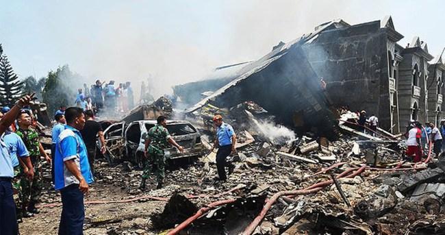 Endonezya'da uçak düştü: Ölüler var