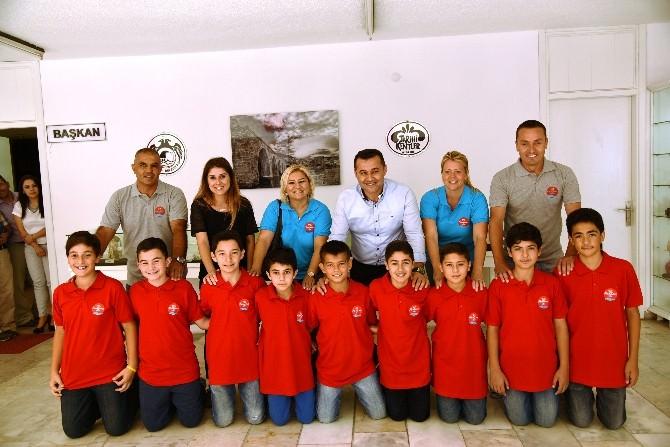 Minik Futbolcular Başkan Yücel'i Ziyaret Etti