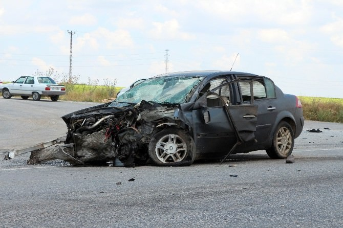 Yunak'ta Otomobiller Çarpıştı: 4 Yaralı
