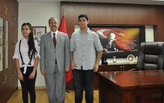 Muş Valisi, TEOG Sınavında Türkiye Birincisi Olan Öğrencileri Tebrik Etti