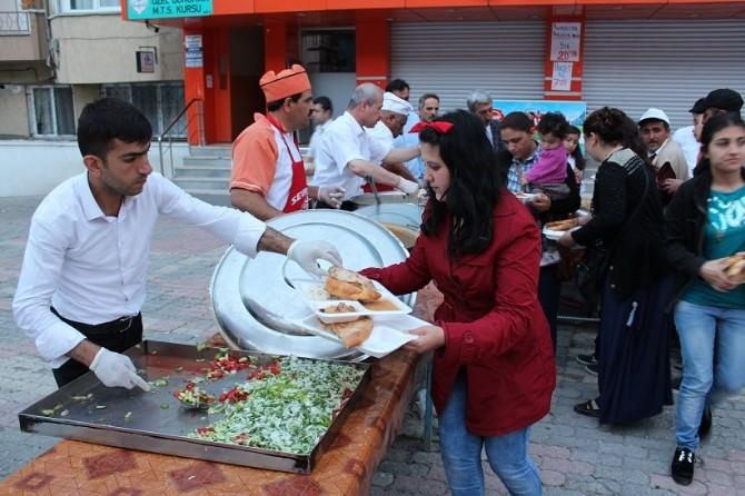 İftar Çadırın'da Her Gün 500 Kişiye Yemek Veriliyor