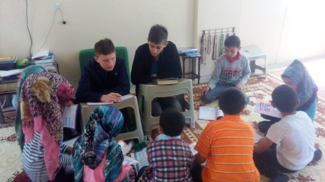 Çocuklara Gönüllü Olarak Kur'an-ı Kerim Öğretiyorlar
