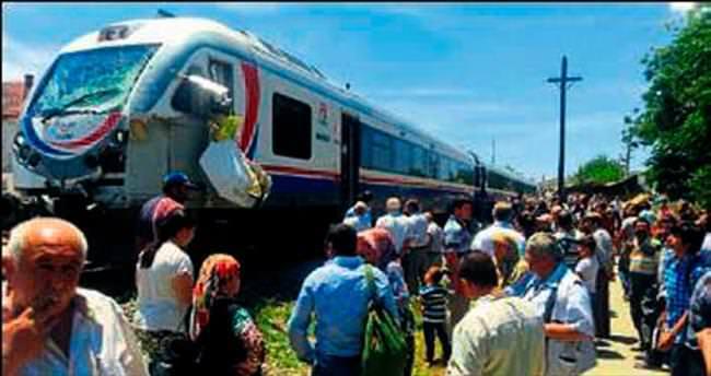 Yolcu treni buğday yüklü tırla çarpıştı