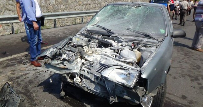 Otomobil traktöre çarptı: 9 yaralı